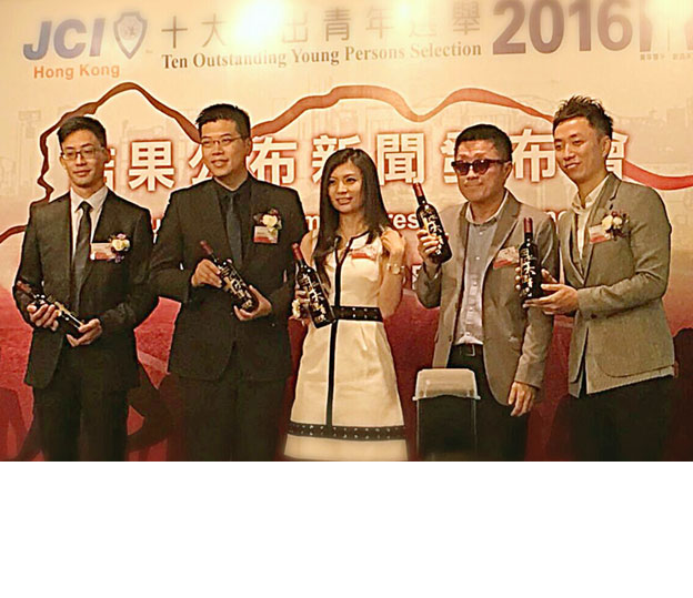 <a class='boldnavtext' href='results/city_award16.htm'>Wu wins prestigious city award</a><span class='plaintext'><br><b>9th October, Hong Kong</b>: Reigning World Cup champion and national bowler, Wu Siu Hong was<br>among five Hongkongers to receive the prestigious Outstanding Young Persons Selection Award for<br>achievement and inspirationto the community.
