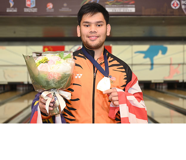 <a class='boldnavtext' href='results/wmc2018-res.htm#SglFinal'>Malaysia wins first-ever Singles gold</a><span class='plaintext'><br><b>1st December, Hong Kong</b>: Third-seed, Muhd Rafiq Ismail won Malaysia's first-ever individual gold medal at the 2018 CGSE &#149; Million Tinkle World Men Championships with victory over third-seed, Dan MacLelland of Canada, 217-204 in the Singles final.